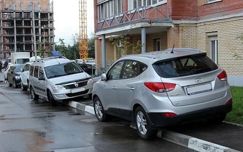 можно ли парковаться на тротуаре возле дома