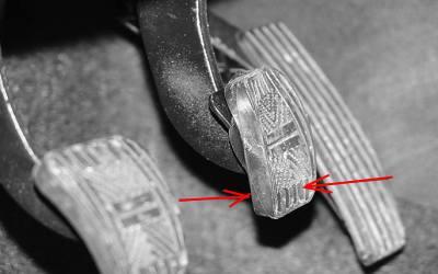 Почему при торможении бьет педаль тормоза